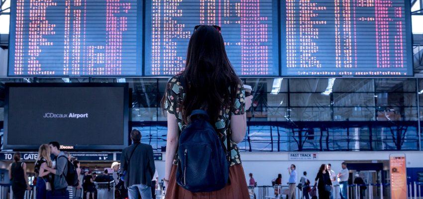 kvinde i lufthavn