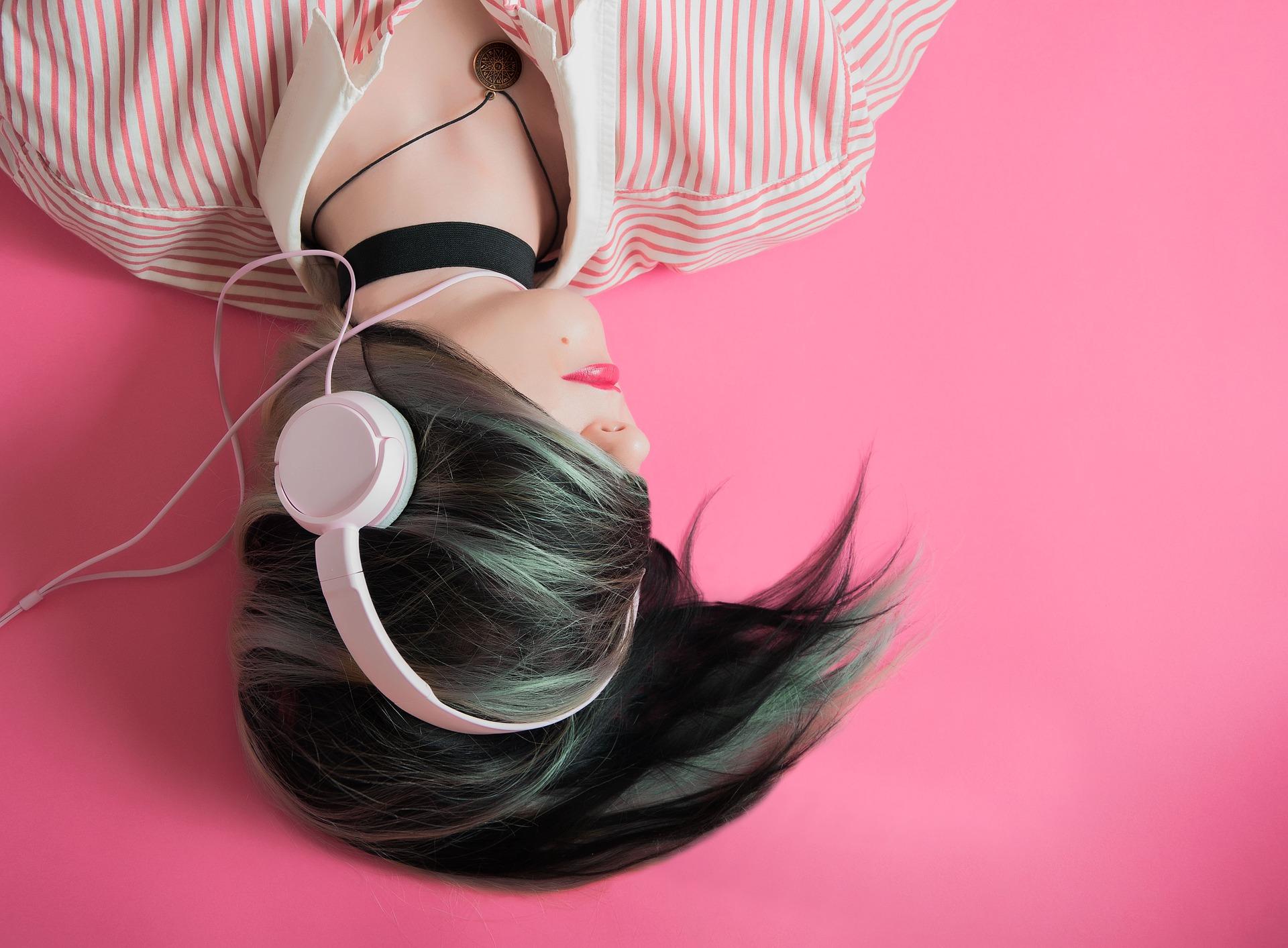 Kvinde hører musik i høretelefoner