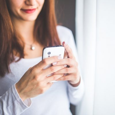 Kvinde med smartphone