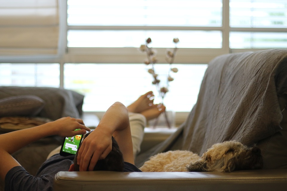Mand og hund slapper af i sofa