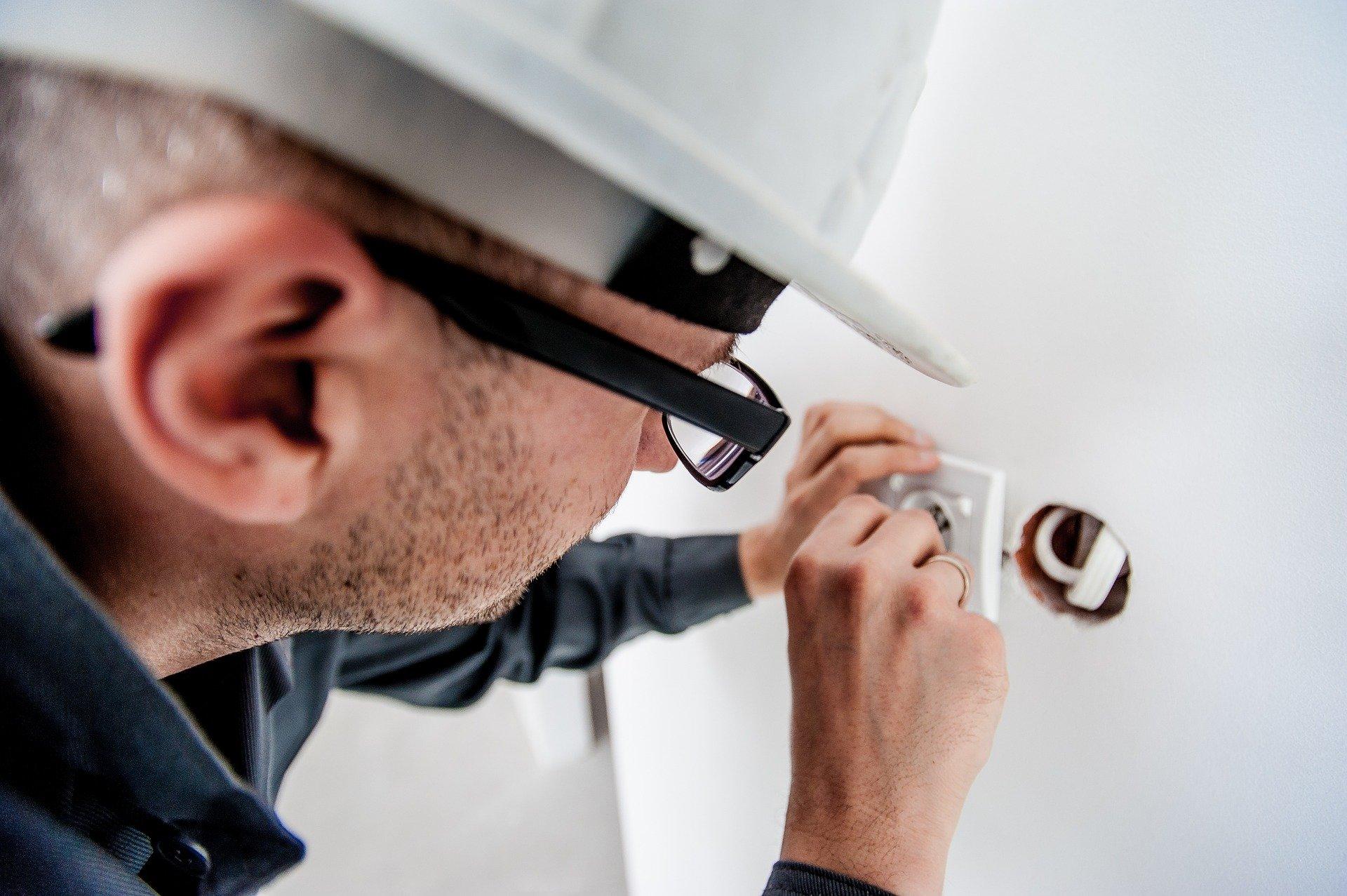 Elektriker installerer stikkontakt